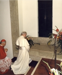 Pope John Paul II praying at the relics of Mother Ursula